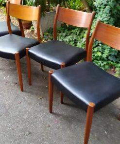 serie de quatre chaises scandinaves