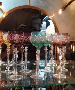 service de verres taillés en couleurs