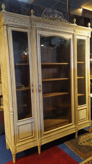 bibliothèque en bois patiné